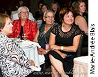 Photographie de Julie Miville-Dechêne entourée de plusieurs invités.