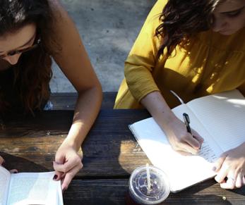 Deux jeunes filles qui étudient
